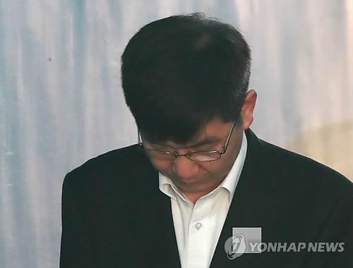 28일 자신의 첫 재판에 출석하고 있는 이병모 청계재단 사무국장. [연합뉴스]