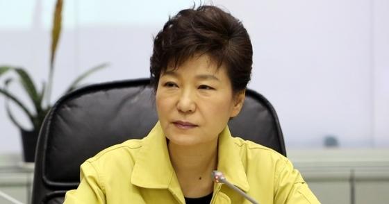 지난 2014년 4월 16일 세월호 참사 당일 중대본을 빙문해 브리핑을 듣고 있는 박근혜 전 대통령. [중앙포토]