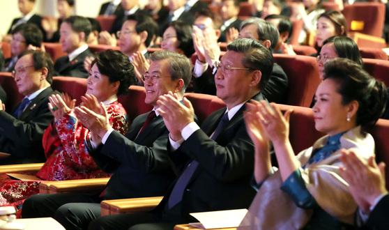 지난해 12월 14일 중국 베이징 인민대회당에서 열린 한중 문화 교류의 밤에서 문재인 대통령과 부인 김정숙 여사가 시진핑 주석, 펑리위안 여사와 함께 공연을 관람하고 있다. [청와대 제공=연합뉴스]