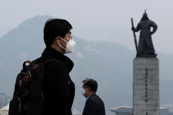 최악의 미세먼지가 이어지고 있던 지난 27일 오전 서울 광화문네거리에서 시민들이 마스크를 착용하고 출근하고 있다. 장진영 기자