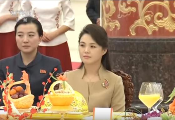 김정은 북한 노동당 위원장의 방중 기간 내내 시진핑 국가주석은 극진한 환대를 보였다. 26일 환영 만찬석상의 이설주. [CCTV 캡처]