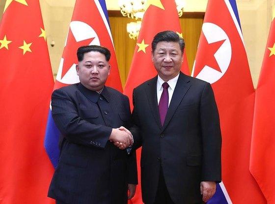 김정은 북한 노동당 위원장이 지난 25일부터 28일까지 중국을 비공개 방문해 시진핑 중국 국가주석과 회담을 가졌다. 김 위원장은 부인 리설주와 함께 중국을 방문했으며, 북중정상회담과 연회 등 행사에 참석했다. [뉴스1]