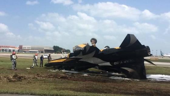 싱가포르 국제에어쇼에 참가한 우리 공군 특수비행팀 블랙이글스 소속 초음속 항공기 한 대가 활주로 이탈 사고가 났다. [사진 연합뉴스]