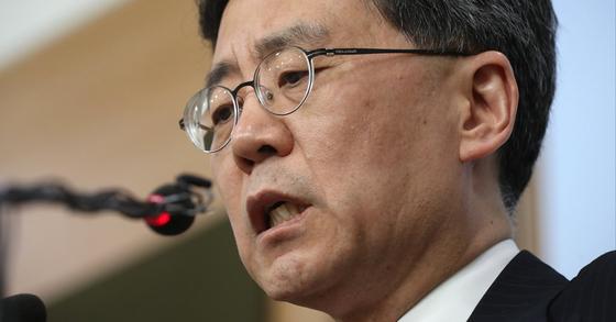 김현종 통상교섭본부장이 지난 26일 서울 도렴동 외교부청사 브리핑룸에서 한미FTA개정 협상 관련 브리핑을 하고 있다. [뉴스1]
