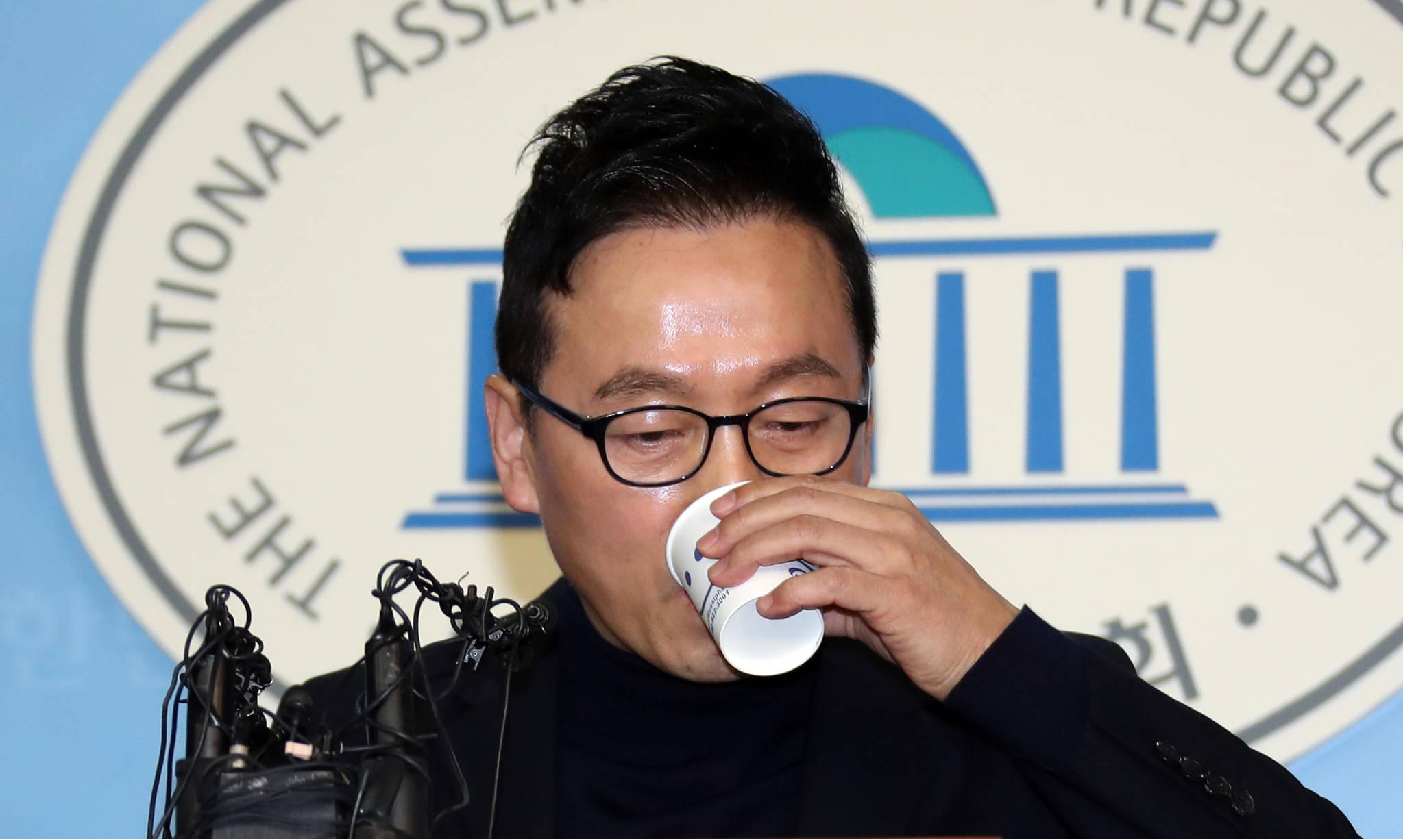 정봉주 더불어민주당 전 의원이 12일 국회 정론관에서 자신의 성추행 의혹 보도와 관련, 반박 기자회견을 했다. 정봉주 전 의원이 회견 도중 물을 마시고 있다. [중앙포토]