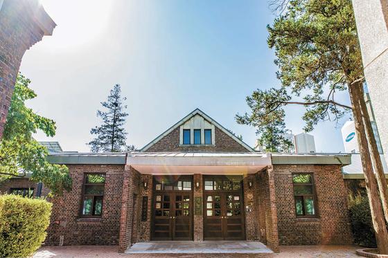 서울미래유산으로 지정된 경농관 전경. 1918년 개교 당시 본관 건물이다.