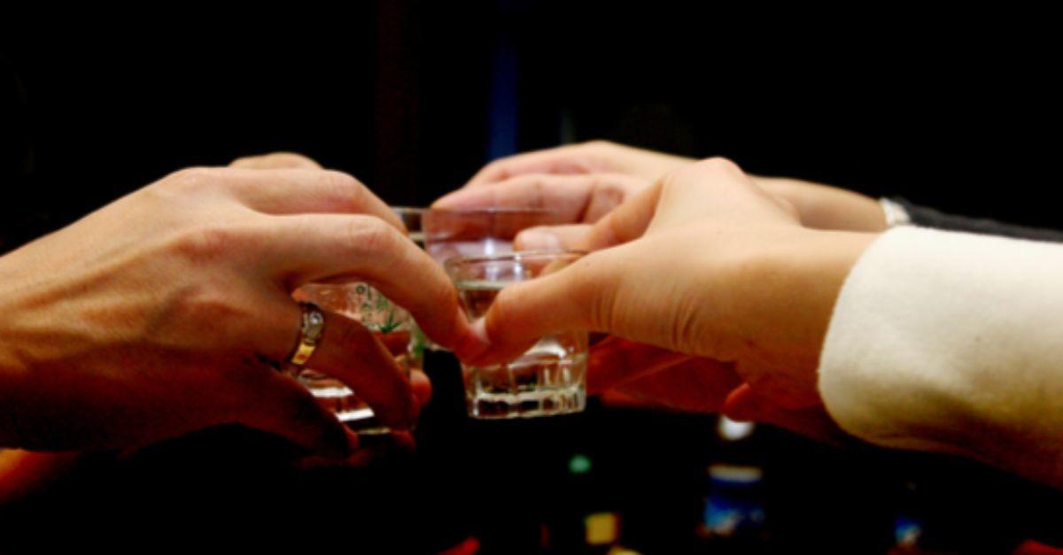 회식 자리에서 술잔을 부딪히는 모습. 지난해 지역 건강 조사에서 폭음하는 비율은 전년보다 오히려 올라갔다. [중앙포토]