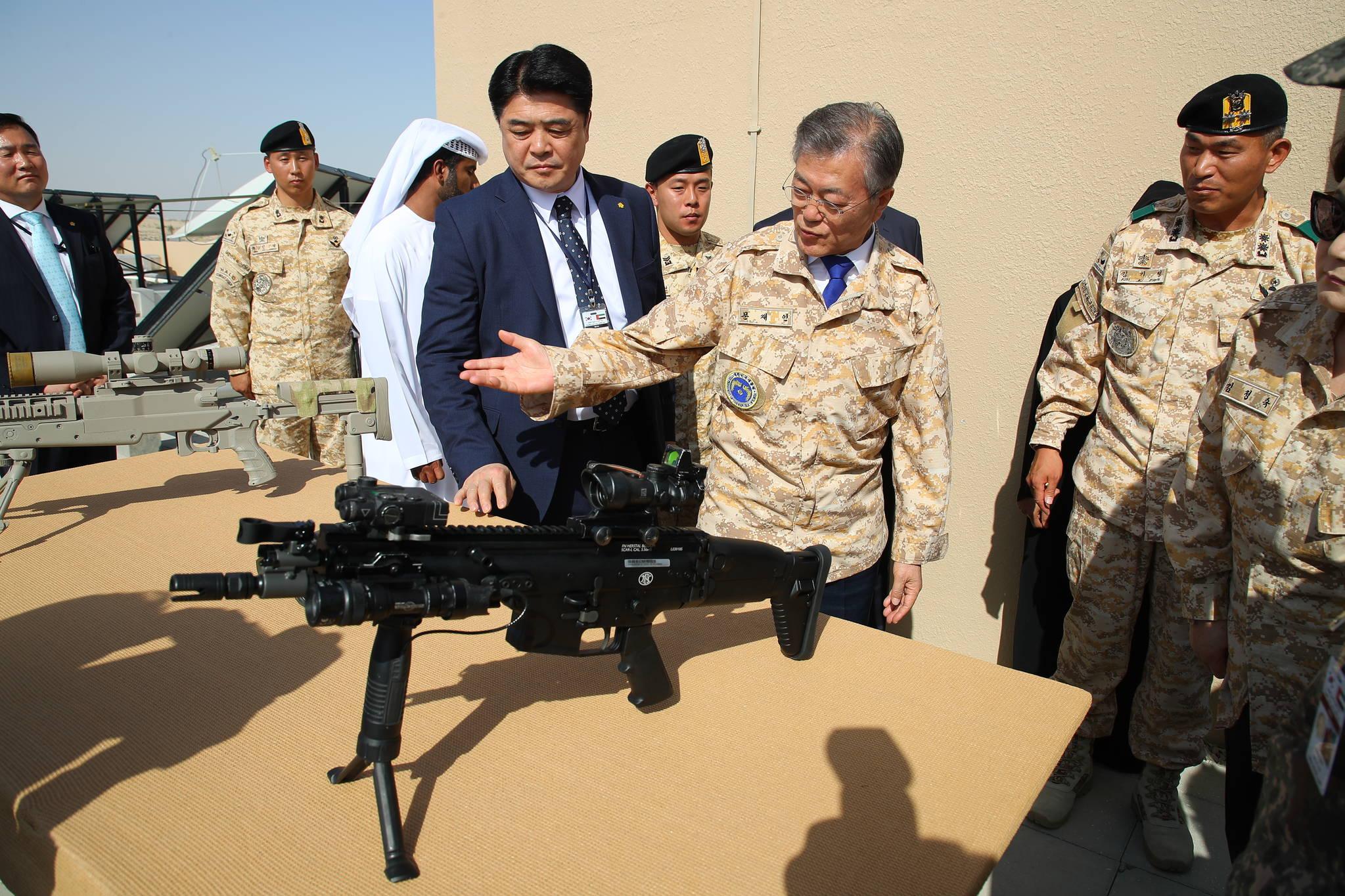 아랍에미리트(UAE)를 공식 방문 중인 문재인 대통령이 27일 오전(현지시간) 아부다비에 주둔하고 있는 아크 부대를 방문, 사격자세를 취하고 있다. 청와대사진기자단