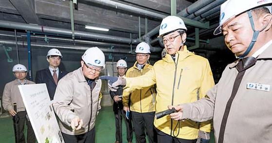 한국남부발전 신정식 사장(오른쪽 둘째)이 부산발전본부 지하전력구 순시 중 안전에 대해 만전을 기해줄 것을 당부하고 있다. [사진 한국남부발전]