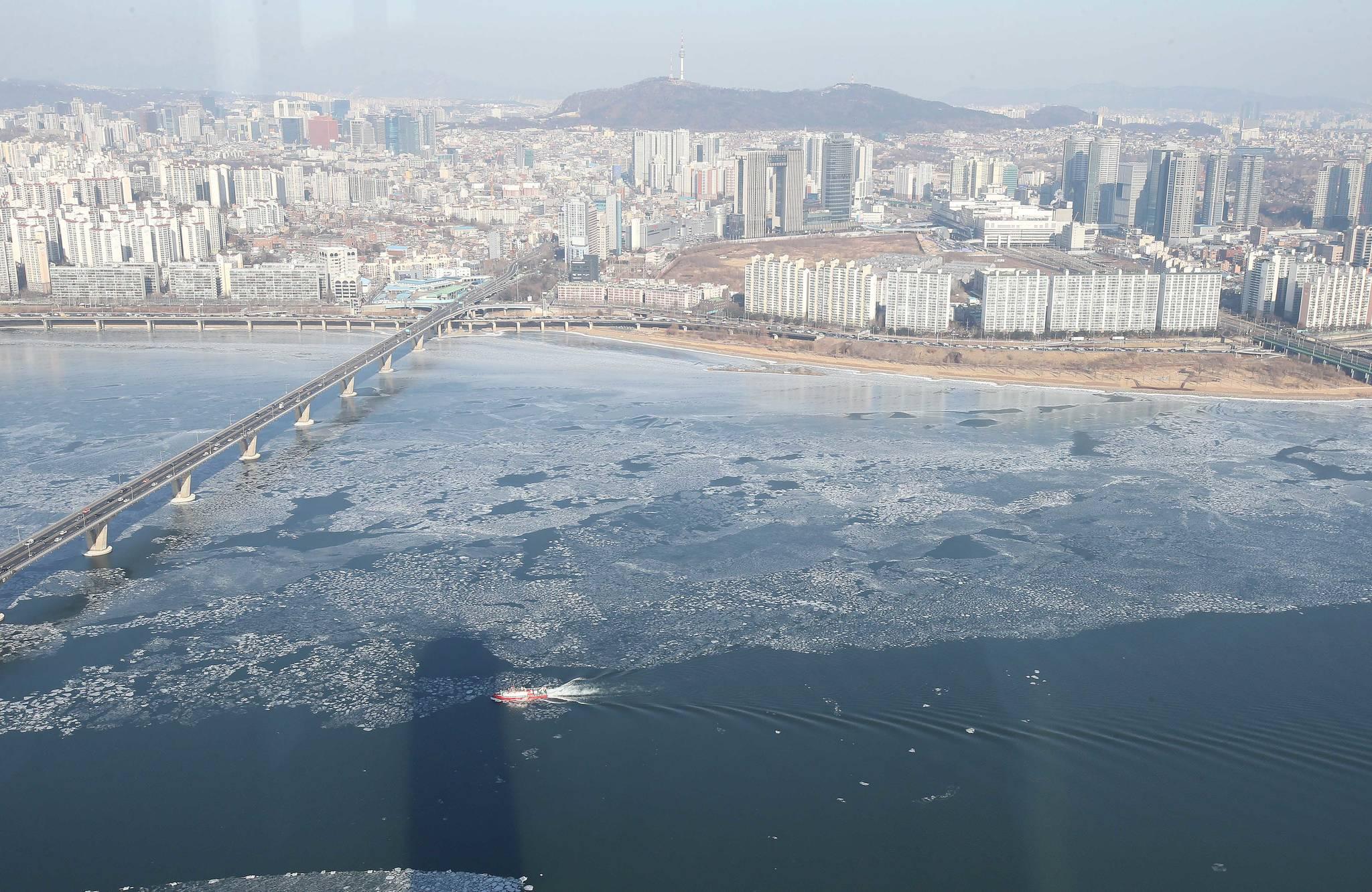 최강 한파가 몰아친 1월26일 서울 한강에서 119 구조선이 얼어붙은 한강 얼음을 깨며 운행하고 있다.