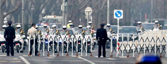 김정은 북한 노동당 위원장 일행으로 추정되는 차량 행렬이 27일 중국 공안의 호위를 받으며 이동하고 있다. 일본 산케이신문은 이날 김정은 위원장이 공산당 지도부와 회담했다고 보도했다. [EPA=연합뉴스]