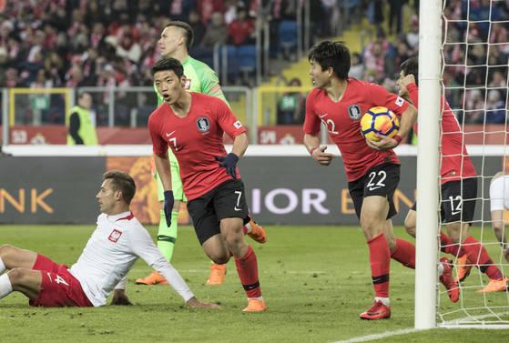 황희찬(왼쪽)이 28 폴란드 카토비체 주 호주프 실레시안 경기장에서 열린 한국과 폴란드 평가전에서 후반 2-2를 만드는 동점골을 터뜨린 뒤 환호하고 있다. [연합뉴스]