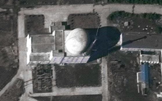 북한이 최근 완공한 영변 핵실험장 새 경수로에서 연기가 올라오는 게 상업용 위성사진에 포착됐다. 이 경수로가 시험 가동에 들어간 것으로 보인다고 뉴욕타임스(NYT)가 27일(현지시간) 전했다. [사진 제인스 인텔리전스 리뷰=NYT캡처]