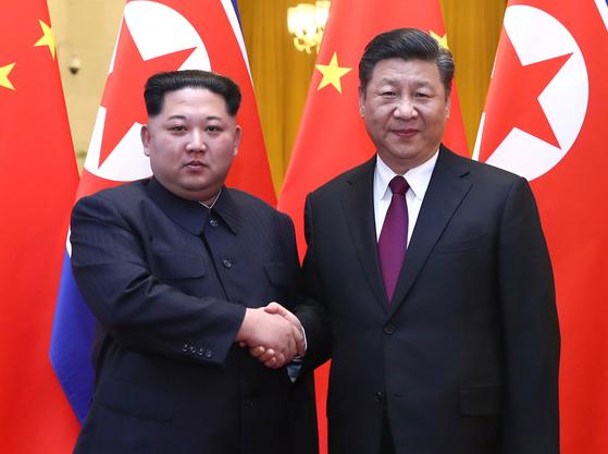 북한 김정은 노동당 위원장이 중국을 방문해 시진핑 국가주석과 회동했다. 사진은 시진핑 주석과 만나는 김정은 위원장의 모습. [연합뉴스]