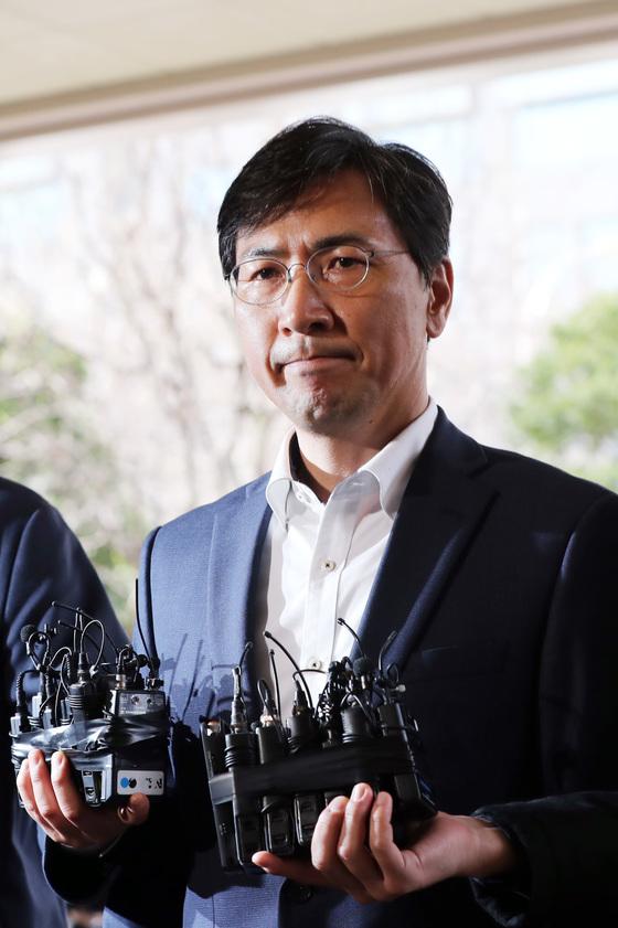 안희정 전 충남지사가 28일 서울 마포구 서울서부지법에서 열린 영장실질심사에 출석했다. 김경록 기자