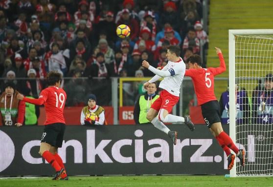 장현수(5)가 27일(현지시간) 폴란드 카토비체 주 호주프 실레시안 경기장에서 열린 폴란드전에서 로베르트 레반도프스키(9)와 공중 공을 다투다 득점을 허용하고 있다. 왼쪽은 김민재. [호주프=연합뉴스]