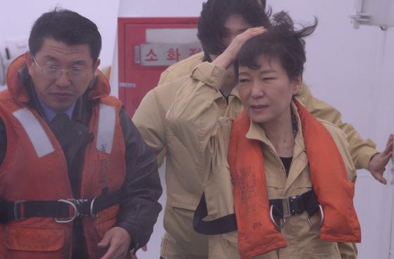 2014년 4월 17일 박근혜 전 대통령이 전남 진도 해상에 침몰한 세월호 사고현장을 찾아 해경 경비함정에서 수색 구조상황을 살펴보고 있다. 청와대사진기자단