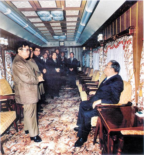 김정일 국방위원장(왼쪽)이 1989년 11월 중국을 방문하는 김일성 당시 주석(오른쪽)의 특별열차에 올라 환송하고 있다. 80년대 후반 이후 김 주석은 외교, 김 위원장은 내정을 주로 담당했다. [중앙포토]