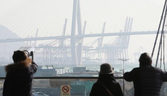 부산 동구에서 바라본 부산항 부두 시설들이 미세먼지의 영향으로 뿌옇게 보이고 있다. [중앙포토]