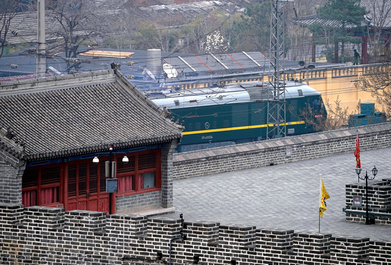 김정은 북한 노동당 위원장이 탑승한 것으로 추정되는 특별열차가 27일 오후 4시쯤(현지시간) 중국 베이징역을 출발하고 있다. [베이징 로이터=연합뉴스]
