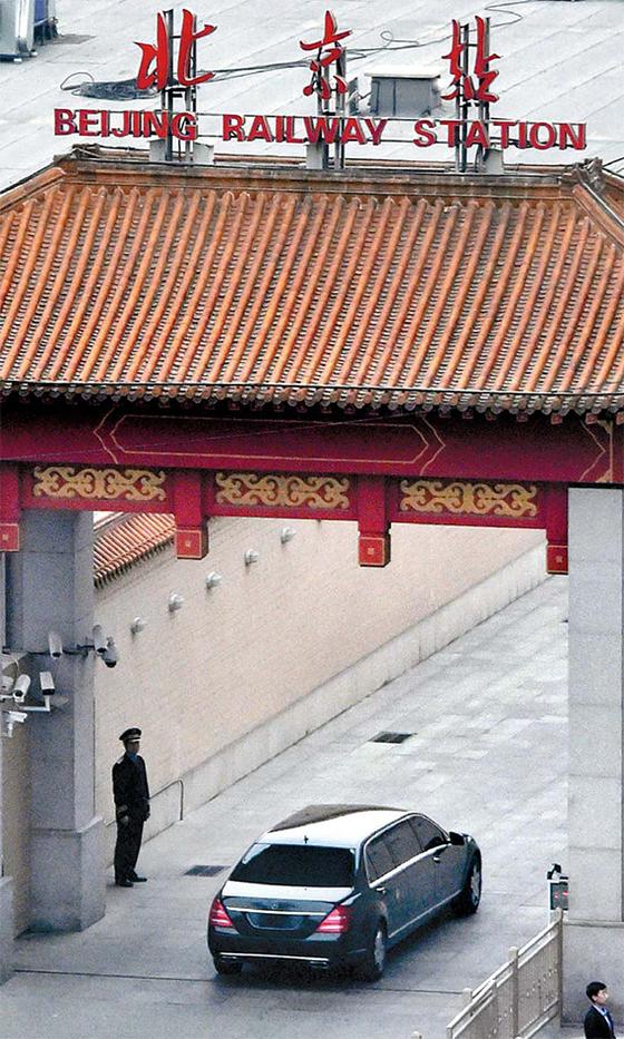 북한 김정은 노동당 위원장이 탄 것으로 추정되는 차량이 철통 보안 속에서 중국 방문 일정을 마친 뒤 27일 오후 북한으로 돌아가기 위해 베이징역으로 진입하고 있다. [AP=연합뉴스]