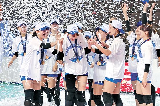 박정아가 친정팀 IBK기업은행에 비수를 꽂으며 도로공사에 첫 우승을 안겼다. 챔프전 MVP 박정아(가운데)가 동료들의 축하를 받고 있다. [연합뉴스]