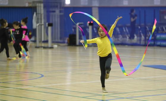 서울 마포구민체육센터에서 어린이들이 리듬체조를 배우고 있다. 신인섭 기자