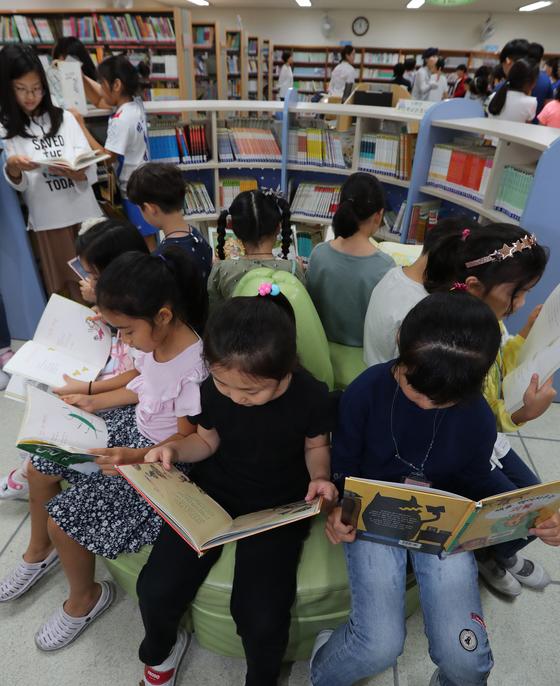 책 읽는 아이들의 모습은 언제나 반갑다. 우리 아이들은 어떤 책을 얼마나 읽고 있을까.[사진 중앙포토]