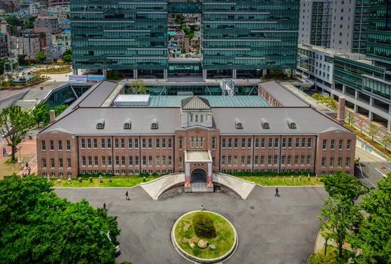 임시 중앙청이었던 동아대 석당박물관(붉은 건물). [사진 동아대]