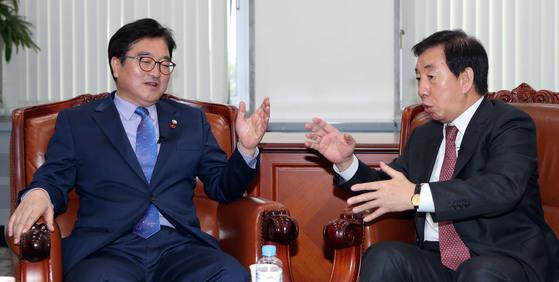 우원식 더불어민주당 원내대표(왼쪽)와 김성태 자유한국당 원내대표가 28일 오전 국회 운영위원장실에서 만나 대담했다. 변선구 기자