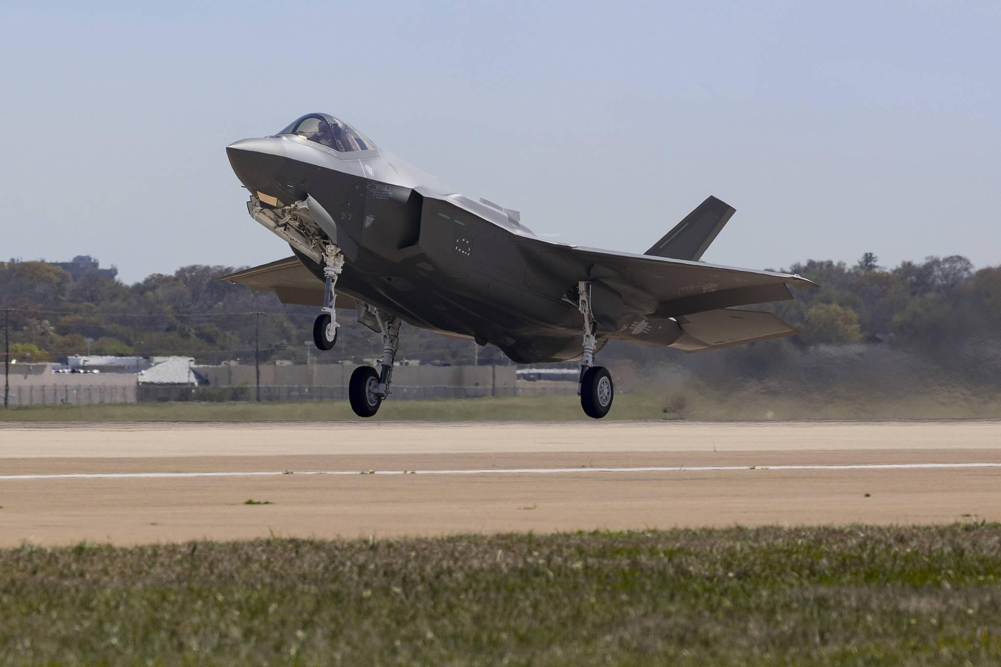 한국의 첫 최첨단 스텔스 전투기인 F-35A 1호기가 28일(현지시간) 미국 록히드마틴사 최종 조립공장에서 출고됐다. [사진 방위사업청]