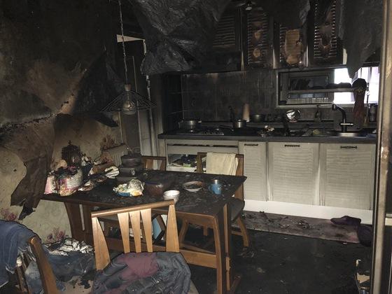29일 오전 5시 39분 부산 동래구의 한 아파트 거실에서 발생한 화재로 안방에서 잠을 자던 일가족 4명이 사망했다. [사진 부산경찰청]