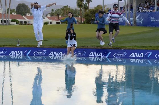 LPGA ANA 인스퍼레이션에서 우승한 유소연이 가족들과 함께 호수에 빠지는 우승 세리머니를 하며 자축하고 있다.