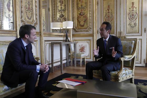 엠마누엘 마크롱 프랑스 대통령(왼쪽)이 28일(현지시간) 프랑스 대통령궁에서 손영권 삼성전자 최고전략책임자(CSO)와 얘기를 나누고 있다. 삼성은 프랑스에 AI 연구센터를 만든다. [로이터=연합뉴스]