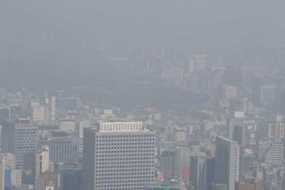 전국적으로 미세먼지가 기승을 부린 25일 오전 서울 남산에서 바라본 도심이 희뿌옇다. [중앙포토]