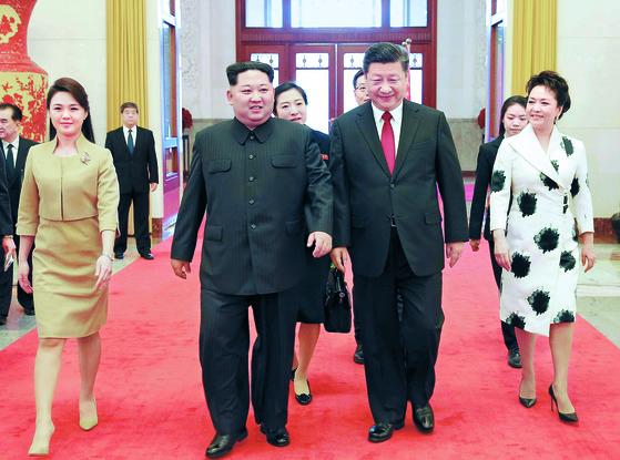 김정은 북한 노동당 위원장이 지난 25일부터 나흘간 시진핑 중국 국가주석의 초청으로 중국을 비공식 방문했다고 조선중앙통신이 28일 보도했다. 사진은 김정은과 이설주가 지난 26일 환영 행사 참석을 위해 시진핑 중국 국가주석과 부인 펑리위안 여사와 함께 인민대회당으로 들어서는 모습.[연합뉴스]