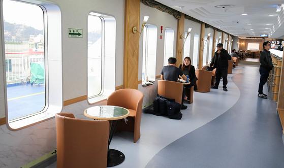 '퀸메리호' 이용객들이 바다 풍경이 보이는 식당을 이용하고 있다. [프리랜서 장정필]