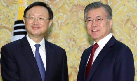 문재인 대통령(오른쪽)이 30일 오후 청와대에서 시진핑 중국 국가주석의 특사로 방한한 양제츠 정치국 위원과 악수를 나누고 있다. [청와대사진기자단]