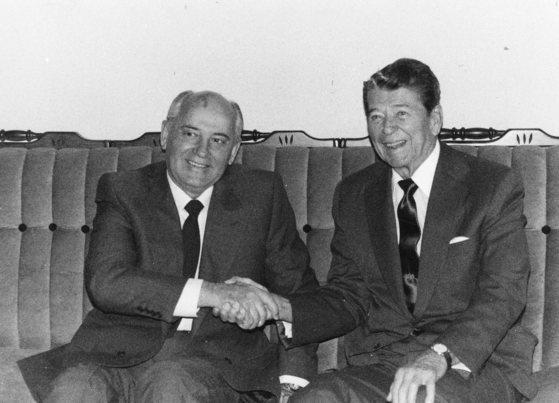 고르바초프 소련 서기장과 레이건 미 대통령. [중앙포토]