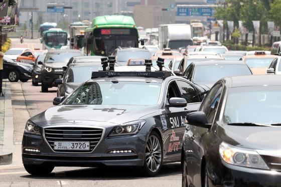 서울대 지능형자동차IT연구센터의 자율주행차 스누버(SNUver)가 지난해 6월 22일 오후 서울 여의도 시내에서 첫 자율주행을 하고 있다. [중앙포토]
