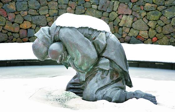 제주4·3평화공원에 전시된 '비설(飛雪)'은 1949년 1월 초토화 작전이 벌어질 때 당시 25세 였던 변병옥(제주시 봉개동) 여인과 그의 두살난 딸이 거친오름 동쪽 기슭 눈속에서 희생된 시체로 발견된 바 그 모녀의 영혼을 달래기 위해 형상화한 작품이다. [사진 제주4·3평화재단]