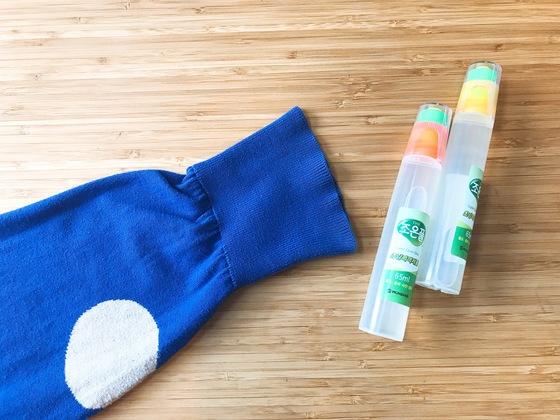 아침에 5분만 투자하면 소맷부리가 우글우글하게 늘어난 얇은 니트 스웨터를 새 옷처럼 손질할 수 있다. 준비물은 물풀, 딱 한 가지다.