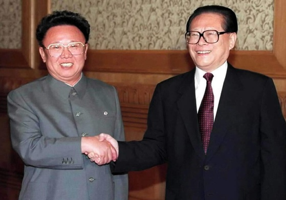 김정일 국방위원장이 2000년 5월 중국을 방문해 장쩌민 국가주석을 만나고 있다. [중앙포토]