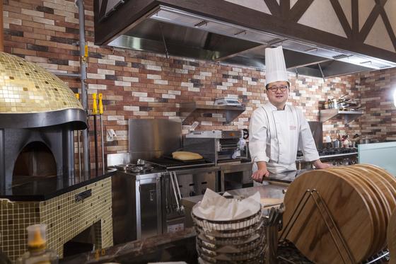 지난 1월 2일 문을 연 서울 서소문 'R.ENA' 레스토랑 주방에 서 있는 한상훈 셰프.