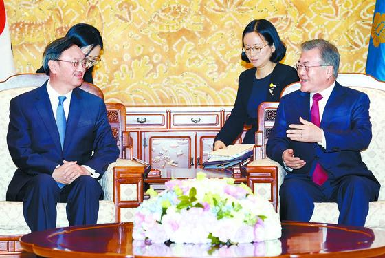문재인 대통령(오른쪽)이 30일 오후 청와대에서 시진핑 중국 국가주석의 특별대표 자격으로 방한한 양제츠 중국 외교담당 정치국 위원을 만나 대화하고 있다. [청와대사진기자단]