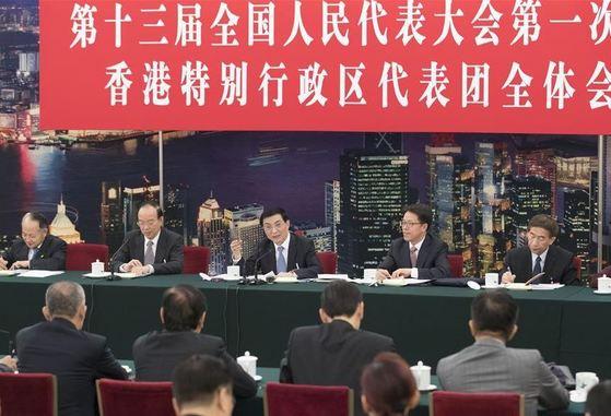 지난 6일 왕후닝 정치국 상무위원(가운데)이 전인대 홍콩대표단과 접견하고 있다. [사진=중국 국무원 신문중심]