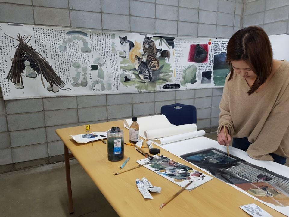 이달 초 팔복예술공장에 입주한 박두리(29) 작가가 작업실에서 그림을 그리고 있다. 전주=김준희 기자