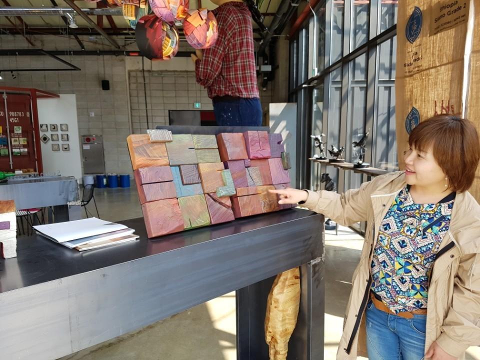 팔복예술공장의 카페 '써니' 안에 있는 아트숍에서 조각가 김성균(46)씨가 본인 작품을 소개하고 있다. 전주=김준희 기자