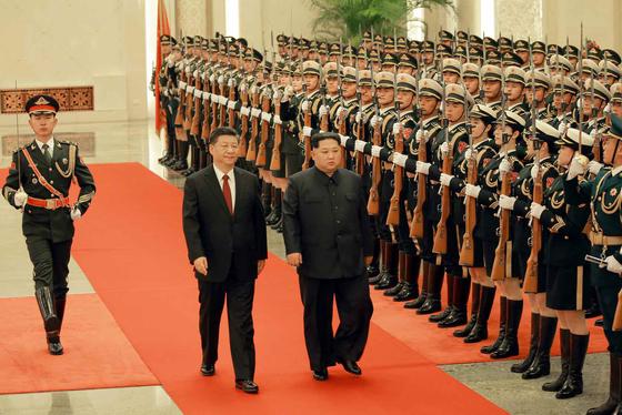 의장대 사열하는 김정은과 시진핑 [사진 연합뉴스]