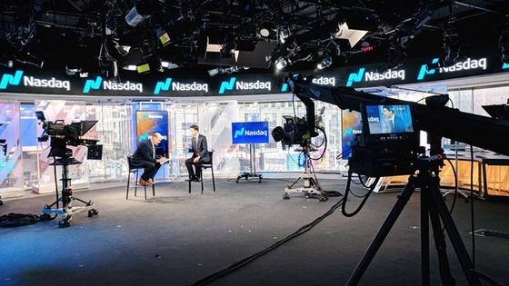 엔퍼(NPER) CEO Daniel Nam이 나스닥에서 인터뷰를 하고 있다.